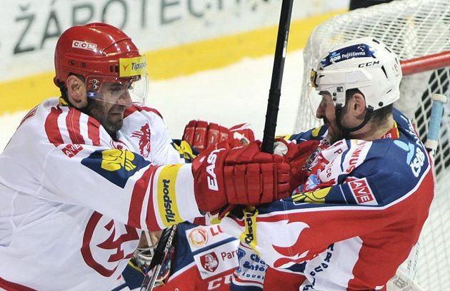 Třinecký útočník Radek Bonk (vlevo) v potyčce s obráncem Pardubic Jiřím Vašíčkem.