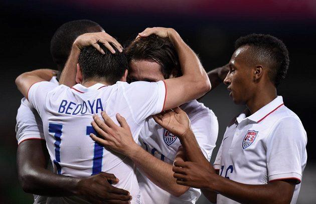 Fotbalisté USA slaví gól v síti Česka, jeho autorem byl Alejandro Bedoya.