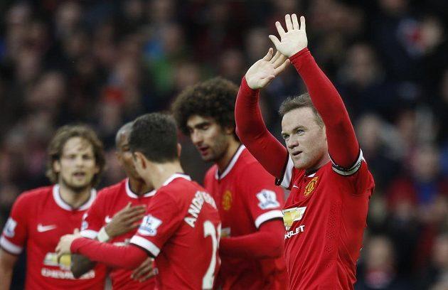 Útočník Manchesteru United Wayne Rooney (vpravo) slaví se spoluhráči gól proti Tottenhamu.