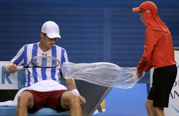 Tomáš Berdych si bere novou raketu během semifinále Australian Open.