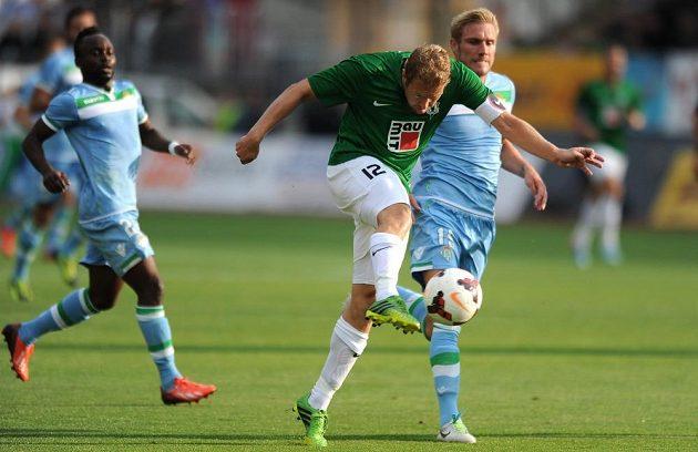 Jablonecký záložník Karel Piták (vpředu) a Damien Perquis z Betisu během utkání play off Evropské ligy.