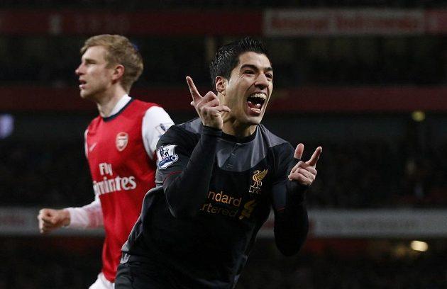 Útočník Liverpoolu Luis Suárez se raduje z branky, kterou vstřelil Arsenalu.