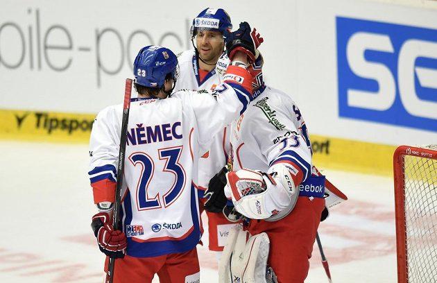Čeští hokejisté (zleva) Ondřej Němec, Martin Ručinský a Alexander Salák slaví výhru nad Ruskem.