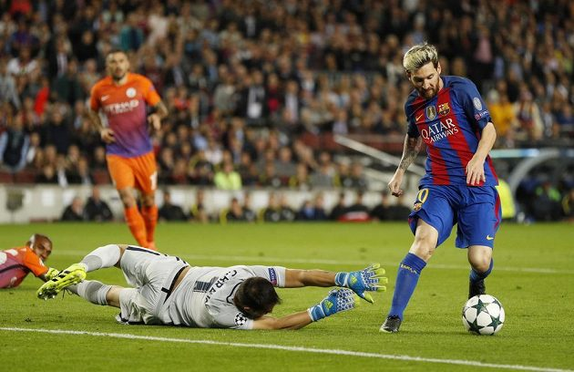 Lionel Messi z Barcelony obchází gólmana Manchesteru City Claudia Brava a střílí gól.