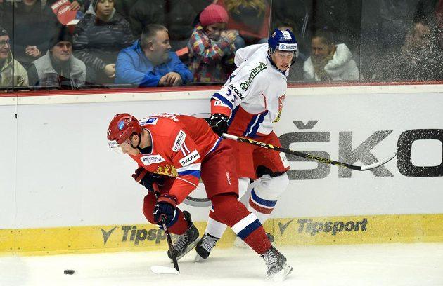 Ruský útočník Sergej Andronov (vlevo) v souboji s českým obráncem Martinem Ševcem během utkání Euro Hockey Tour v Karlových Varech.