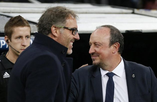 Trenér Paris St Germain Laurent Blanc (s brýlemi) a kouč Realu Madrid Rafael Benítez před utkáním LM.