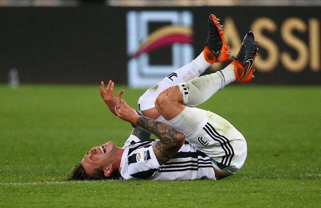 Fotbalista Juventusu Federico Bernardeschi se svíjí na zemi během utkání Seria A na hřišti AS Řím.