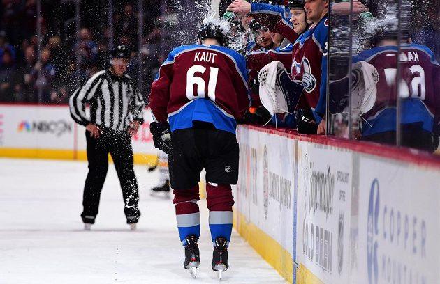 Oslava se sprchou. Útočník Colorada Martin Kaut vstřelil v NHL premiérový gól.