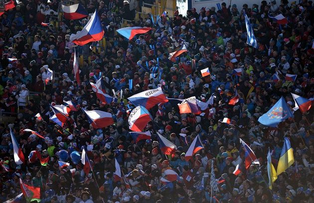 Tisíce fandů na tribunách při sprintu žen během SP v Novém Městě na Moravě.
