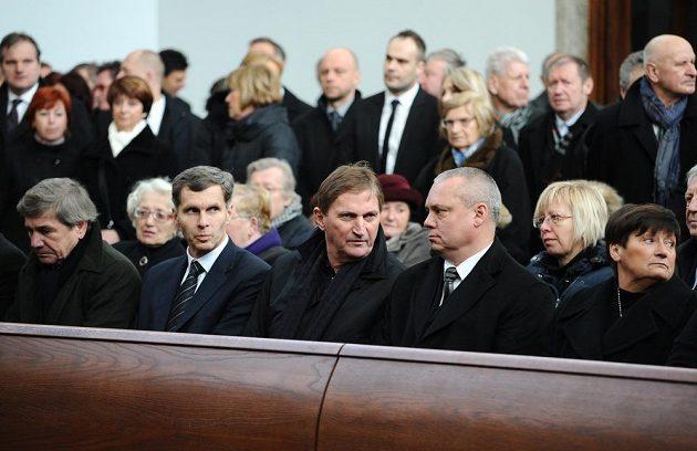Předseda ČOV Jiří Kejval (druhý zleva), trenér Alois Hadamczik a generální sekretář ČSLH Martin Urban během posledního rozloučení s hokejovou legendou Karlem Gutem.