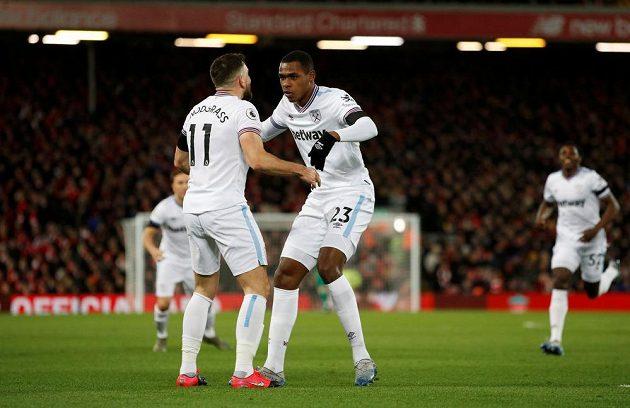 Radost v podání fotbalistů West Ham United. Střelec gólu Issa Diop slaví s Robertem Snodgrassem.