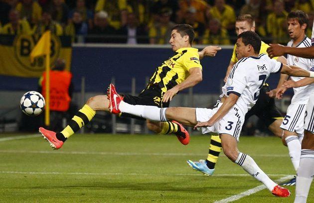 Takhle otevřel Robert Lewandowski (vlevo) z Dortmundu skóre semifinálového souboje Ligy mistrů proti Realu Madrid.