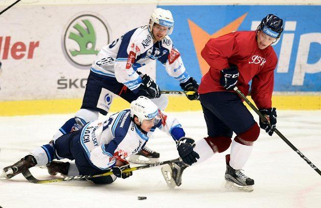 Hokejisté Vítkovic nastoupili k utkání v retro dresech. Zleva David Stach (dole) a Miroslav Preisinger z Plzně a David Květoň z Vítkovic.