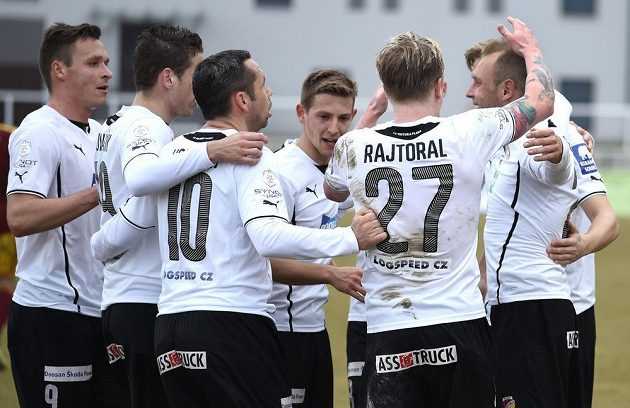 Plzeňský záložník Daniel Kolář (vpravo) oslavuje se spoluhráči gól proti Dukle.