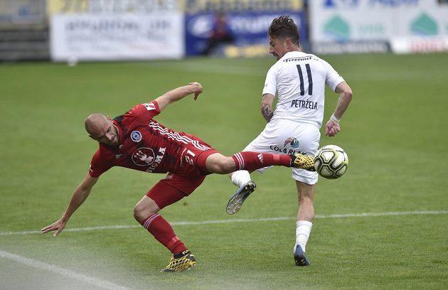 Zleva Michal Vepřek z Olomouce a Milan Petržela ze Slovácka v akci během utkání nejvyšší soutěže.