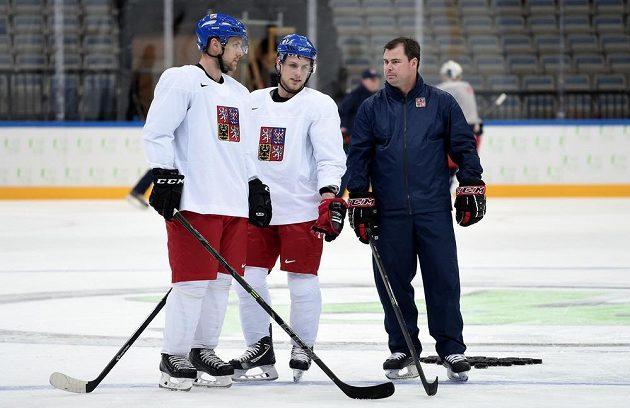 Obránce Jan Hejda (vlevo), útočník Vladimír Sobotka (uprostřed) a asistent trenéra české reprezentace Jaroslav Špaček během prvního tréninku v O2 areně.