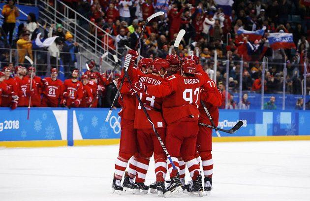 Ruská radost! Vjačeslav Vojnov poslal Rusko půl sekundy před koncem první třetiny do vedení v olympijském finále s Německem.