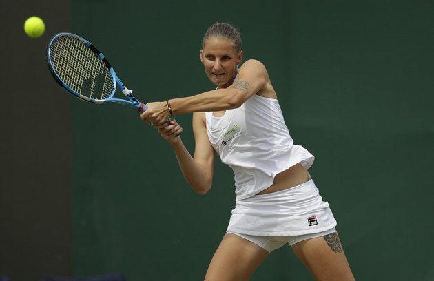 Česká tenistka Karolína Plíšková v osmifinálové wimbledonské bitvě s Nizozemkou Kiki Bertensovou.