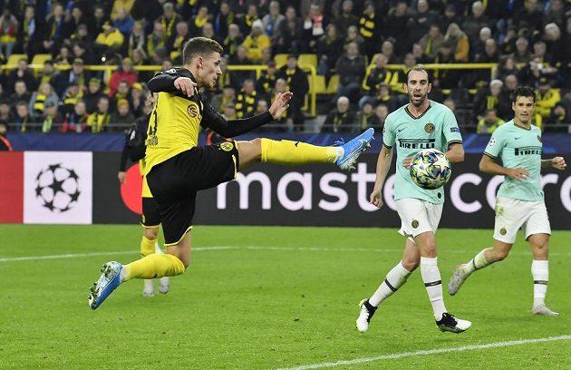 Thorgan Hazard pálí na branku Interu