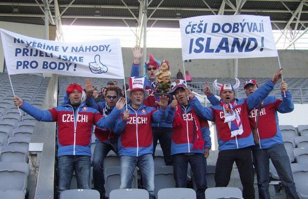 Na tréninku českého týmu v Reykjavíku nechyběli ani optimističtí fanoušci...