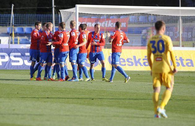 Fotbalisté Plzně se radují z gólu v odvetě čtvrtfinále Poháru České pošty na hřišti Jihlavy.