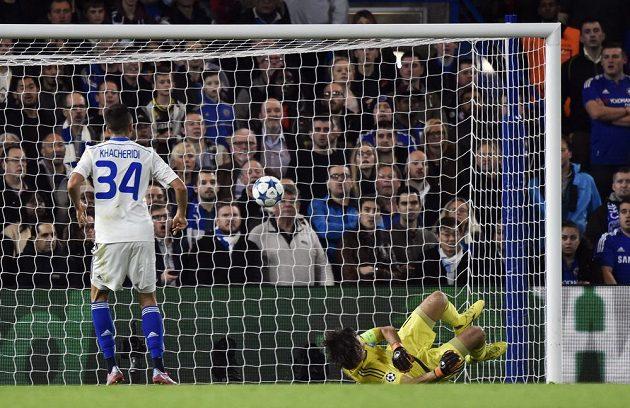 Fotbalista Dynama Kyjev Jevhen Kačeridi sleduje míč mířící do branky jeho týmu v utkání Ligy mistrů proti Chelsea, který do ní nešťastně poslal spoluhráč Aleksandar Dragovič (není na obrázku).