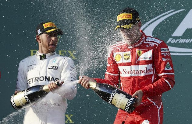 Sebastian Vettel a Lewis Hamilton během vítězného ceremoniálu VC Austrálie