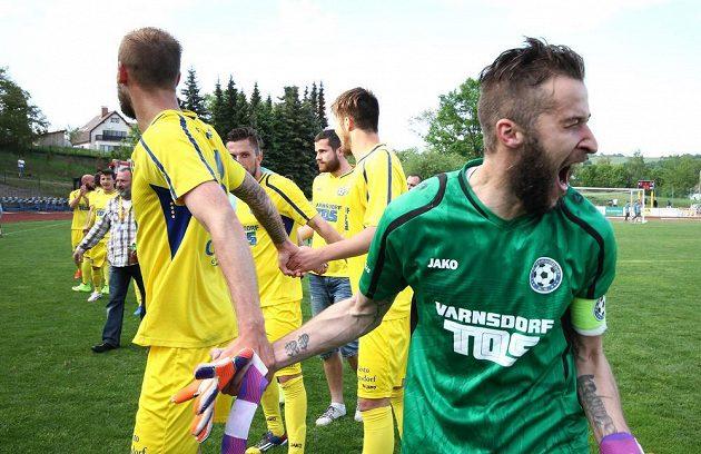Fotbalisté Varnsdorfu se radují z postupu do první ligy, vpravo je brankář Radek Porcal.