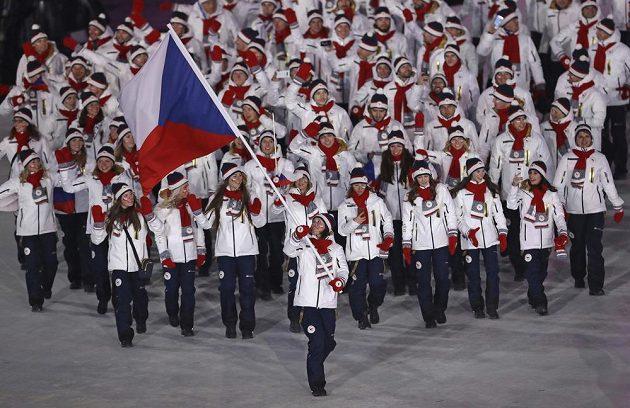 Eva Samková přivádí českou výpravu na zahájení olympijských her.