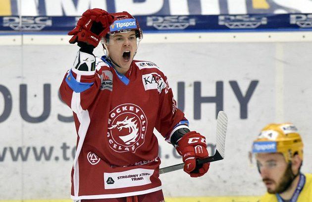 Aron Chmielewski z Třince se raduje z gólu proti Zlínu.