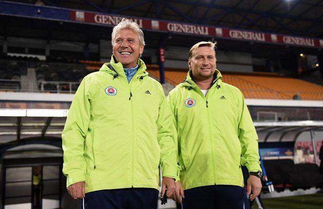Trenér Slovanu Bratislava Jozef Chovanec (vlevo) a asistent Horst Siegl během tréninku na letenském stadiónu.