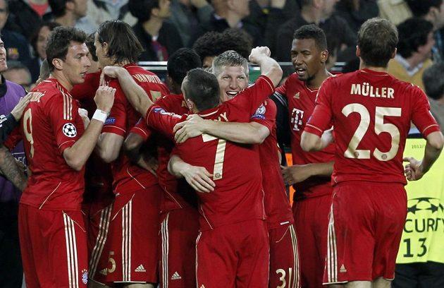 Radost fotbalistů Bayernu po Robbenově vedoucím gólu v odvetě semifinále Ligy mistrů v Barceloně.