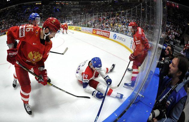 Zleva Nikita Kučerov z Ruska, Jan Rutta a Vladislav Gavrikov z Ruska.