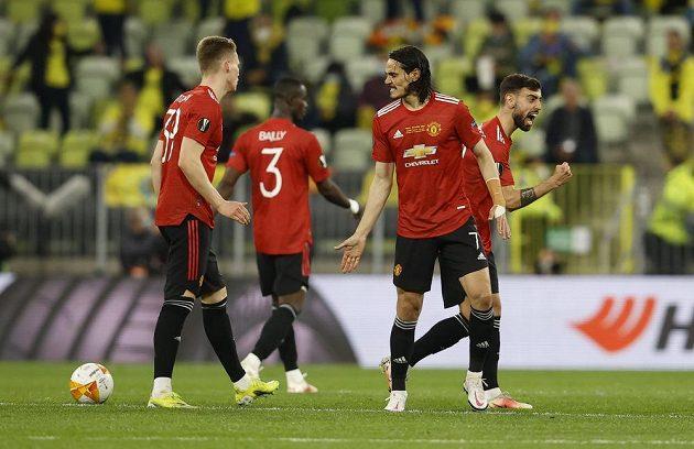 Radost Rudých ďáblů. Hvězdný kanonýr Manchesteru United Edinson Cavani slaví se spoluhráči svůj gól ve finále Evropské ligy proti Villarrealu.
