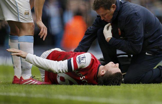 Zraněný Laurent Koscielny z Arsenalu zápas nedohrál.