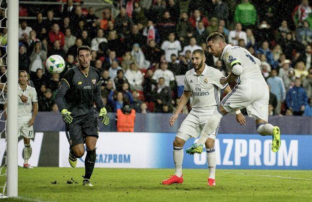 Gólová hlavička obránce Sergia Ramose v Superpoháru proti Seville.