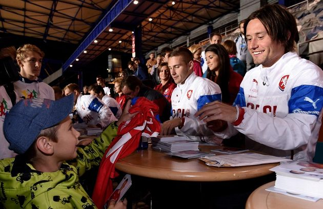 Tomáš Rosický při autogramiádě české fotbalové reprezentace.