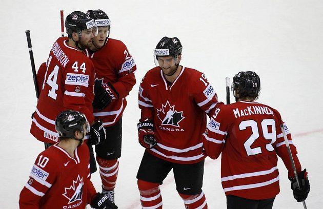 Kanadský útočník Cody Hodgson (druhý zprava) slaví se spoluhráči gól proti Itálii.