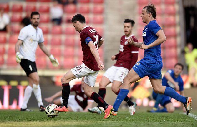 Sparťanský útočník David Lafata (třetí zprava) střílí gól proti Brnu v utkání 25. kola Synot ligy.
