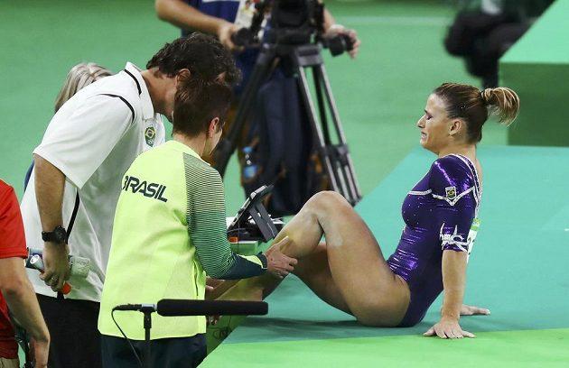 Zraněná brazilská gymnastka Jade Barbosová.
