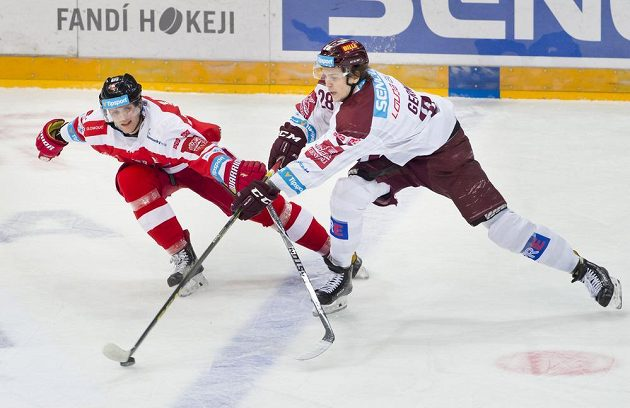 Zleva útočník Olomouce Marek Laš a obránce Sparty Martin Gernát.