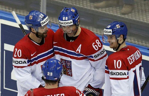 Jaromír Jágr (uprostřed) pojistil české vedení proti Itálii. Gratulují mu Roman Červenka (vpravo) a Jakub Klepiš