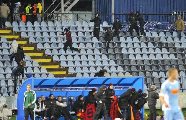 Výtržnosti v sektoru fanoušků Sparty způsobily přerušení utkání. Na snímku fanoušci Sparty vyzbrojení ulámanými částmi oplocení napadají diváky.