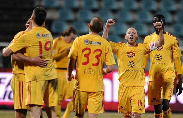Patrik Gedeon oslavuje se spoluhráči vítězství nad Teplicemi.