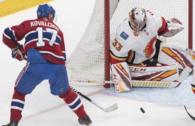 Ruský útočník Montrealu Canadiens Ilja Kovalčuk se snaží překonat Davida Ritticha.