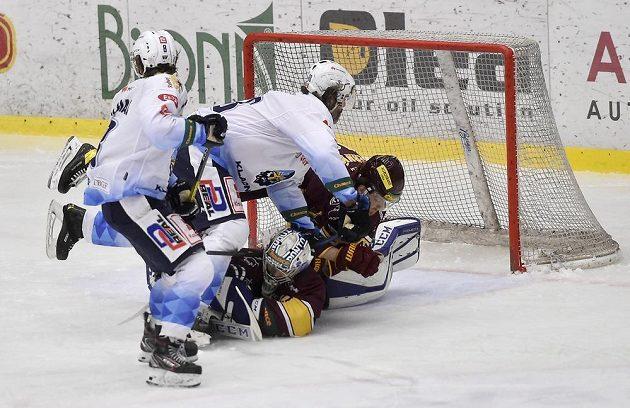 Čtvrtý zápas finále play off první hokejové Chance ligy. Zleva Ondřej Machala a Jaromír Jágr z Kladna, brankář Jihlavy Maksim Žukov a Peter Lichanec z Jihlavy.