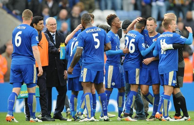 Kouč Leicesteru Claudio Ranieri (třetí zleva) se s hráči raduje z výhry nad Swansea.