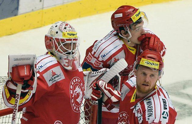 Třinecký smutek po sedmém finále! Zleva brankář Šimon Hrubec a útočníci Marek Růžička a Martin Adamský.