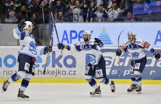 Hráči Plzně se radují z druhé branky, vlevo střelec Miroslav Preisinger, uprostřed nahrávající Tomáš Svoboda.