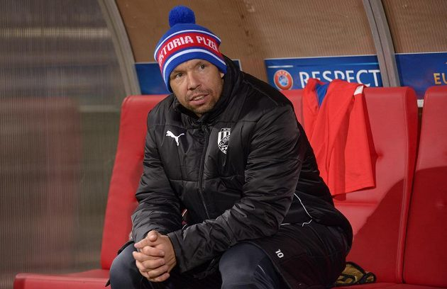 Záložník Viktorie Plzeň Pavel Horváth na lavičce během odvetného utkání osmifinále Evropské ligy proti Lyonu.